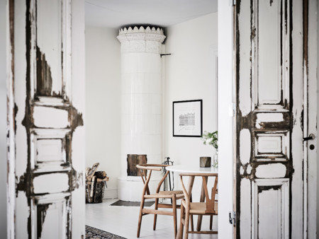 El encanto de las puertas viejas frente al blanco impoluto de esta casa nórdica
