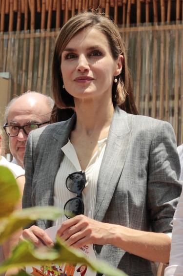 Traje de chaqueta gris y gafas en el escote, la apuesta más segura y sobria de la reina Letizia en El Salvador