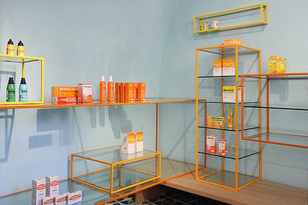 Estanterías de la Farmacia de los Austrias
