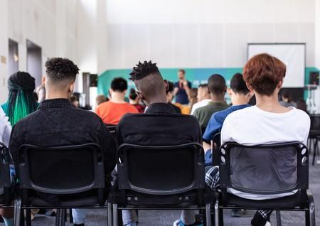 No es que los listos se sienten en las primeras filas, es que sentarse delante les hace sacar buenas notas