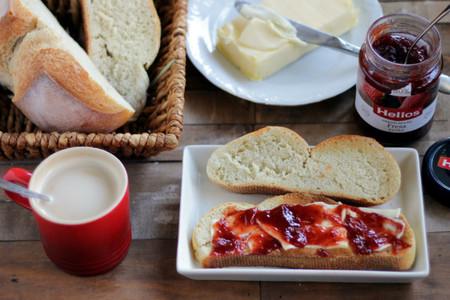 Hacer tu propio pan para desayunar. Lleva su tiempo, pero mira lo que ganas