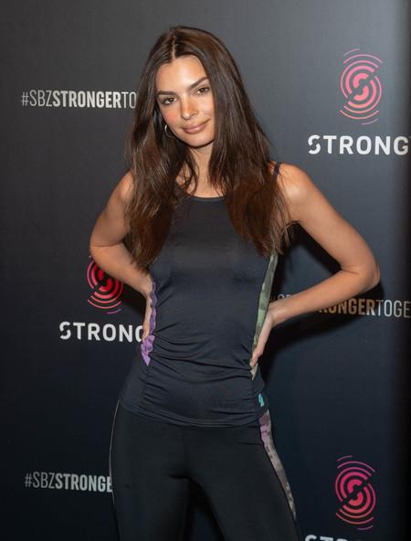 Sin necesidad de ir al gimansio Emily Ratajkowski se mantiene estupenda gracias al Yoga (con estas posturas ideales abdominales)