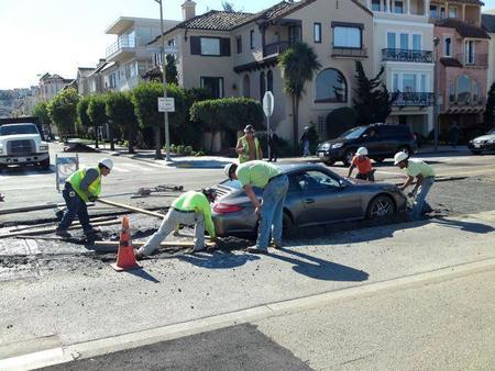Dolorpasión: un Porsche 911 acaba enterrado en cemento