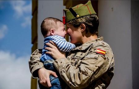 """""""Nunca fui mala militar hasta que fui madre"""": una legionaria denuncia sufrir acoso tras pedir permiso para cuidar a su hija"""