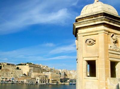 Mira, escucha, calla: la torre de vigía sobre el Gran Puerto de la Valletta, Malta