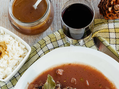 Chuletas de res en salsa de vino tinto. Receta para la cena de año nuevo
