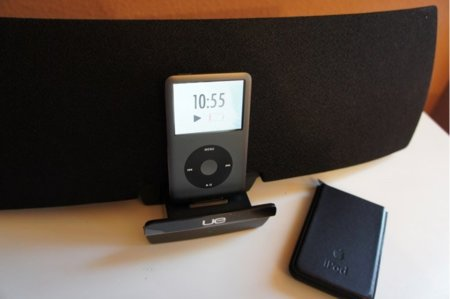 Vista frontal con iPod Classic en su dock