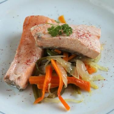 Salmón al horno en papillote: receta de pescado fácil y saludable