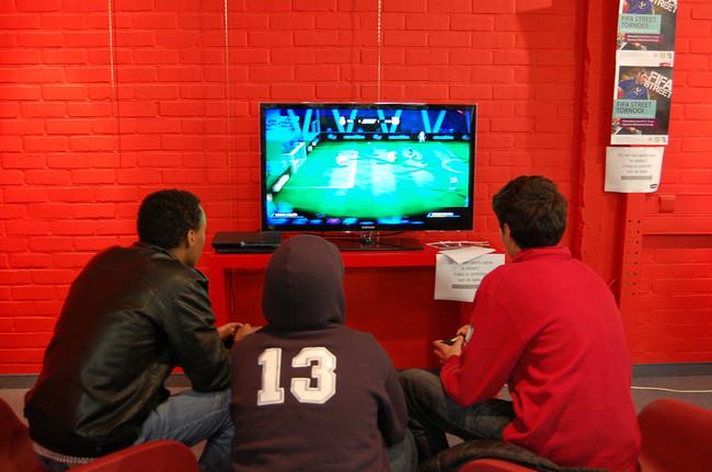 niños jugando a FIFA