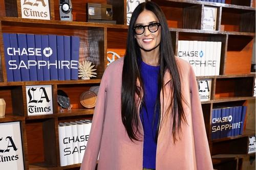Cuando veas esta combinación de Demi Moore no querrás volver a vestir de negro este invierno