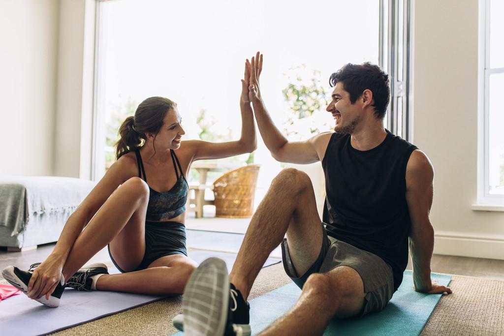 Tres ejercicios para hacer en pareja y entrenar juntos