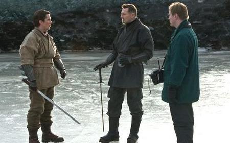 Bale, Neeson y Nolan en el rodaje de Batman Begins
