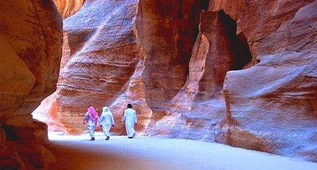 Descubiertas pinturas rupestres en Petra