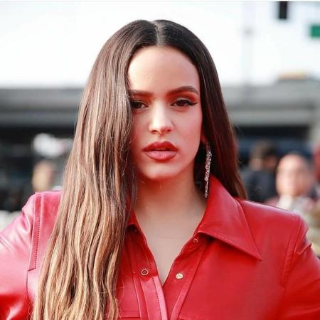 Rosalía apuesta fuerte por el cuero en la alfombra roja de los Premios Grammy 2020