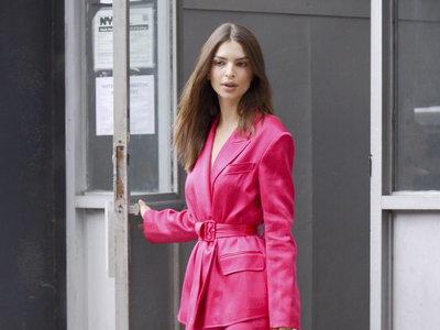 Emily Ratajkowski y Naomi Watts apuestan por el traje pantalón rosa para un perfecto look de oficina