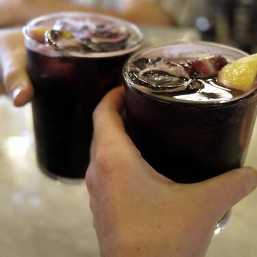 Historia y reivindicación del kalimotxo o calimocho, la bebida popular que nació en una bañera de Rioja picado