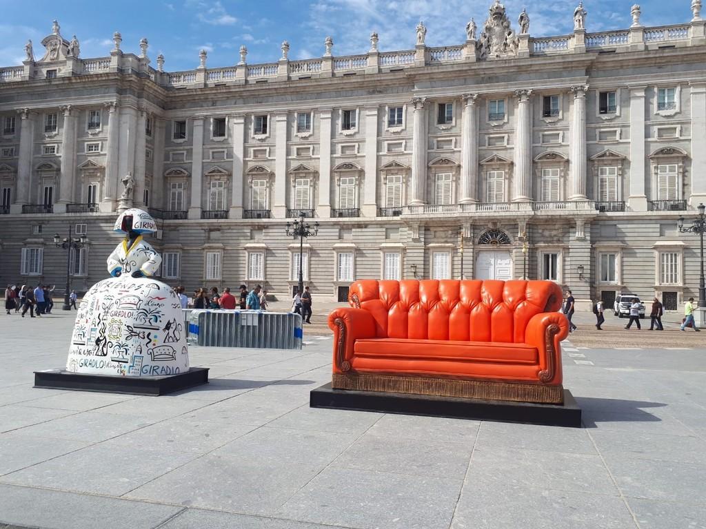 El mítico sofá de Friends llega a Madrid. Y además, lo hace con un fondo (y una compañía) espectacular