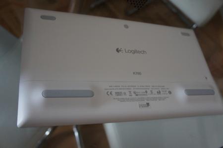 Parte inferior del teclado, en el que podemos ver las patas de silicona