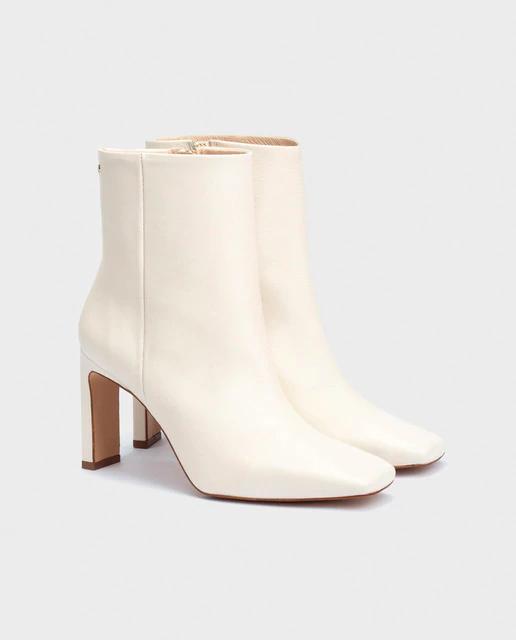Botines blancos de estilo minimalista