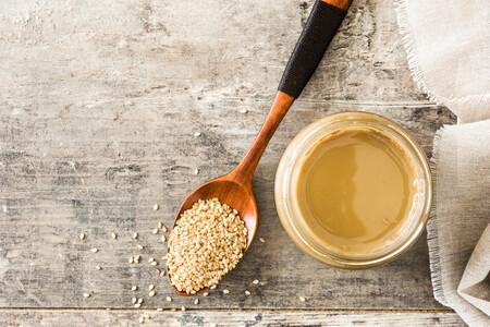 Tahini, el alimento supersaludable que puedes utilizar para dar sabor a platos dulces y saldos más allá del hummus
