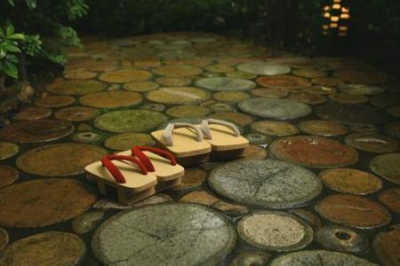 Preciosa foto de la entrada con los tradicionales zuecos japoneses