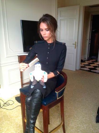 Victoria Beckham sigue jugando con muñecos