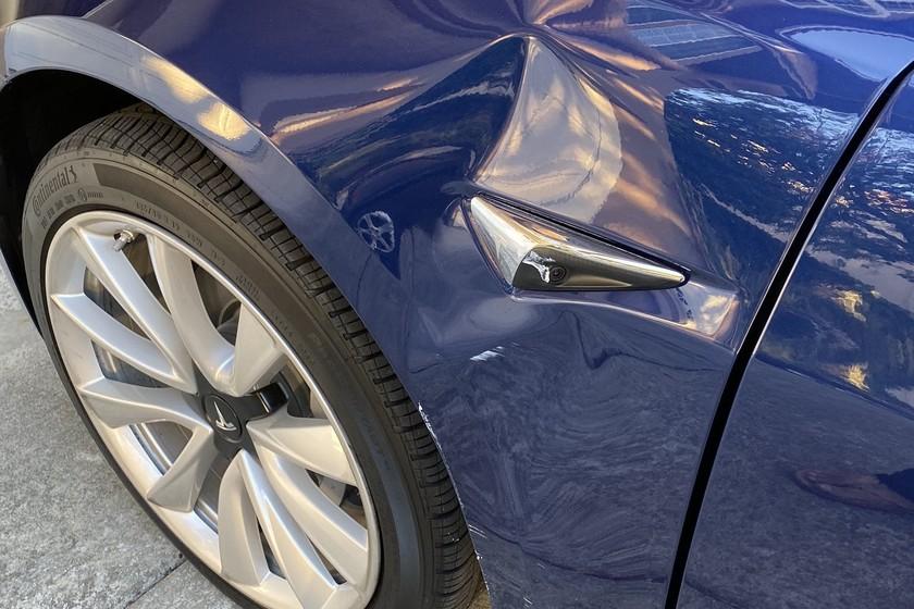 La nueva función de invocar el coche de forma autónoma de Tesla está causando daños y caos en aparcamientos de Estados Unidos