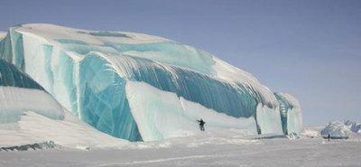 Olas congeladas de 15 metros fotografiadas por Tony Travouillon