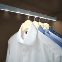 Coloca barras de LEDs en tus armarios y olvídate de buscar la ropa casi a oscuras