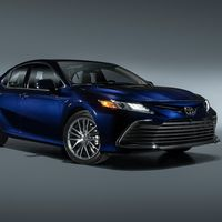 Toyota Camry 2021 ya integra más asistencias en el manejo y un look renovado