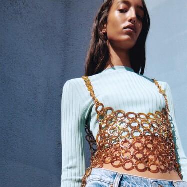 Con arandelas, perlas o bordados: así son los tres tops de Zara que podrían hacerte pecar esta temporada