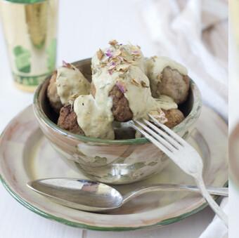 Albóndigas con salsa suave de pétalos de rosa y anís, receta aromática, elegante y deliciosa