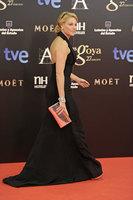 Muy elegante con escote halter, Belén Rueda elige también el negro. Premios Goya 2013