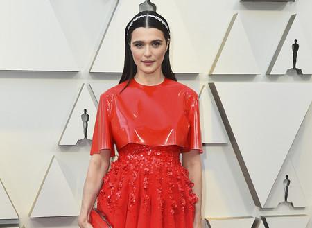 Premios Oscar 2019: Rachel Weisz apuesta todo al rojo y al látex para coronarse con uno de los looks más originales de la noche