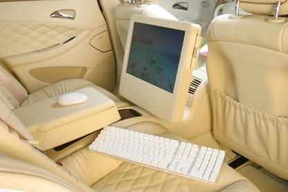 Un iMac dentro de un Mercedes