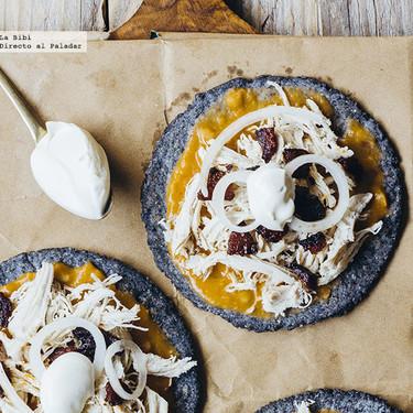 Tostadas de tortilla azul con pollo y chorizo. Receta
