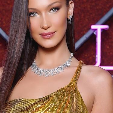 """Bella Hadid protagoniza el momentazo más """"Versace años 90"""", eclipsando al resto de invitadas de Bulgari"""
