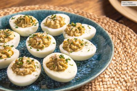 Receta de huevos rellenos de encurtidos: la versión más ligera del gran clásico (con vídeo incluido)