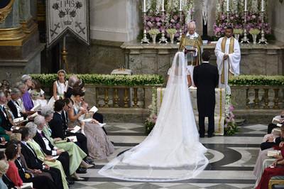 Blanca y radiante va la novia, la princesa Magdalena de Suecia
