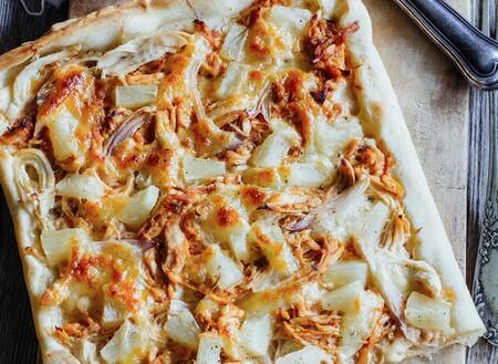 Pizza hawaiana con pollo y salsa BBQ. Receta fácil