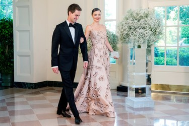 Y así pisó Miranda Kerr la Casa Blanca, de ganchete de su novio