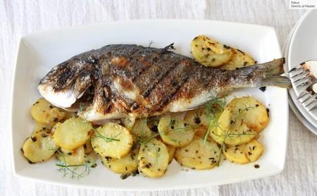 Dorada asada en las brasas de la parrilla, la receta de pescado para disfrutar del verano