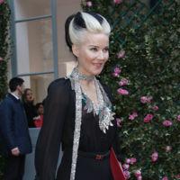 Daphne Guinness sorprende con su look a lo Cruella De Vil en el desfile de Schiaparelli