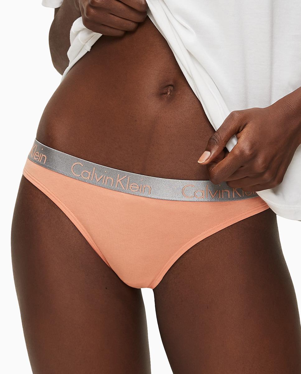 anga Radiant Cotton liso en tono melocotón con logo de Calvin Klein