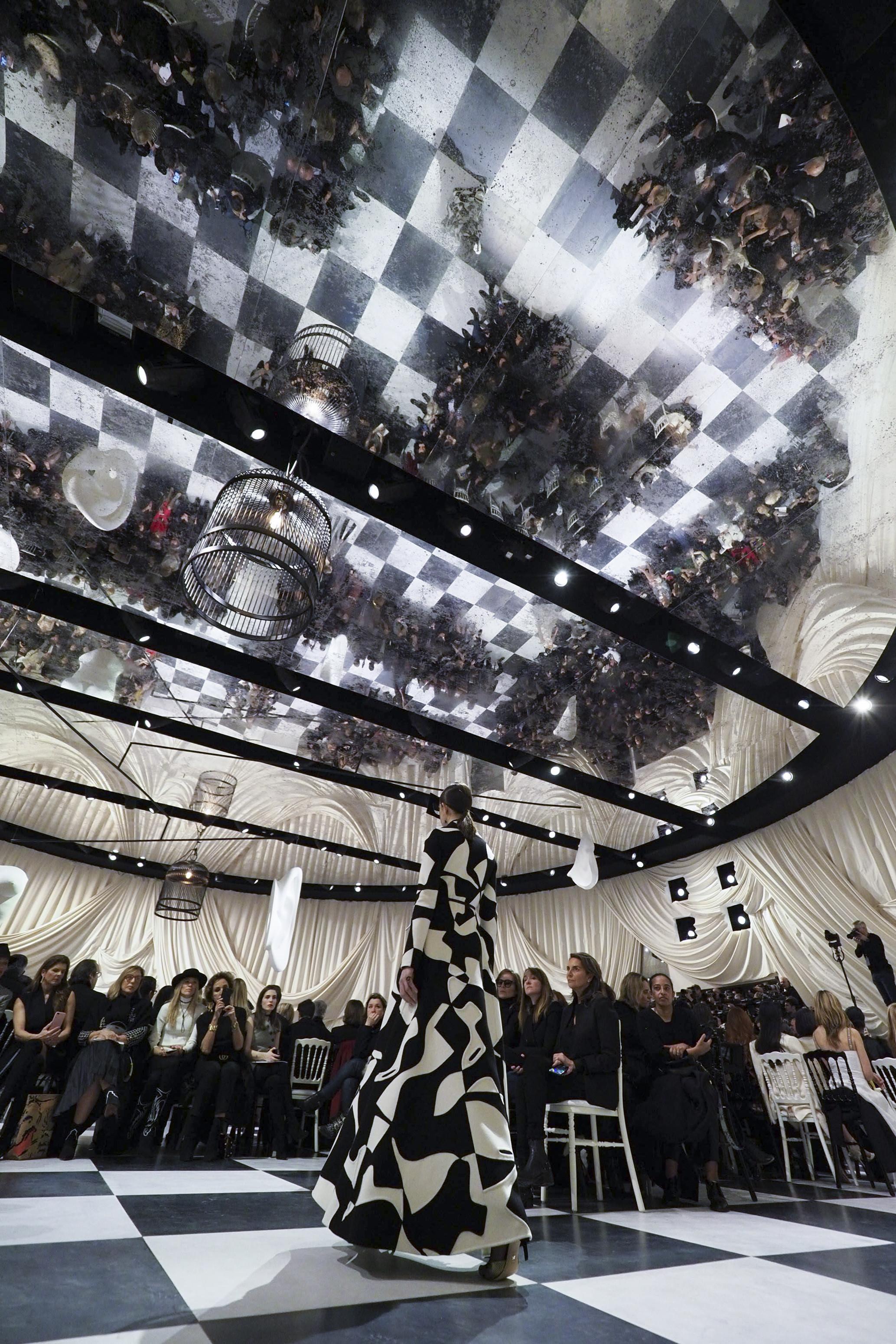 Foto de Dior Alta Costura: Maria Grazia Chiuri y su mágico desfile en blanco y negro Primavera-Verano 2018 (8/74)