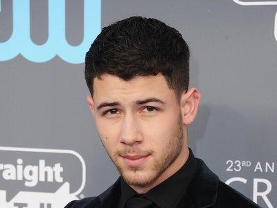 Nick Jonas se enfunda en terciopelo y acierta a lo grande para los Critic's Choice Awards