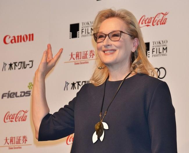 Meryl Streep lo mola todo con su bolso personalizado con las caras de Barack y Michelle Obama