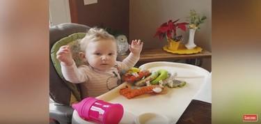"""La eufórica reacción de una madre al escuchar a su bebé decir """"mamá"""" por primera vez"""