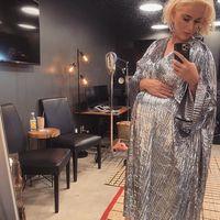 Katy Perry nos demuestra con estilo que los looks de invitada se pueden vestir en color plata (por muy arriesgado que parezca)