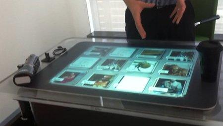 Leer el períodico digital desayunando... ¿Serán así las mesas de cocina del futuro?